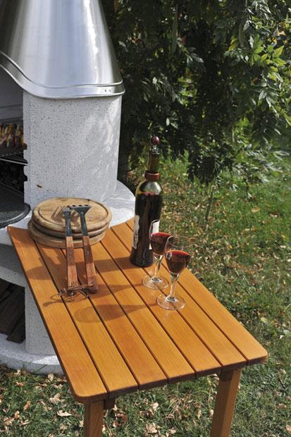 Dřevěný boční stolek u krbu